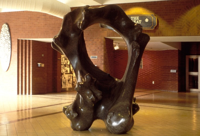 N° 74 Ocean Bone / Œuvre d'océan, Market Square, Saint John, N.-B., 1983. Photo Dennis Mills. h = 225 cm