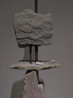 No 151 Autel d'offrande / Offerings Altar (2001) (détail). Photo Rodolphe Caron. h = 195 cm