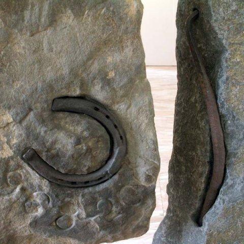 No 149 Menhir d'une genèse / Menhir of a Genesis (2001) (détail). Photo Rodolphe Caron. h = 105 cm
